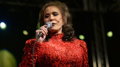 Country legend Loretta Lynn hospitalized after havingstroke