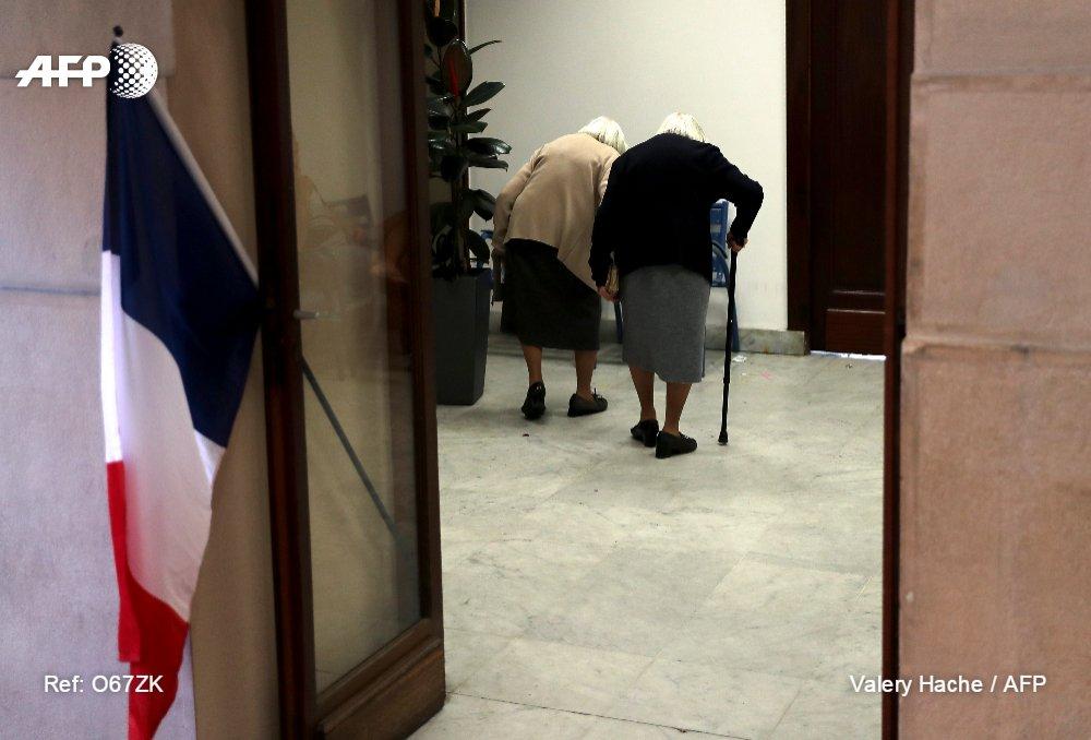 Deux soeurs jumelles à l entrée d un bureau de vote de nice pour