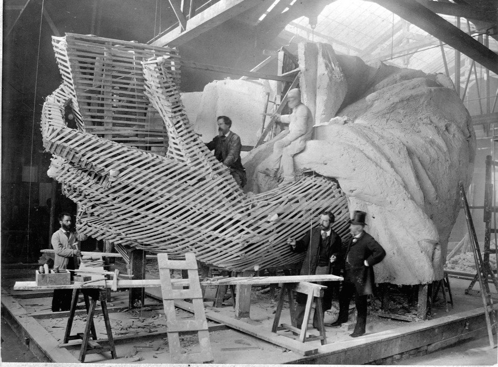 The Statue of Liberty's left arm being constructed in Paris during the winter of 1882. https://t.co/wOio9ZnvgY