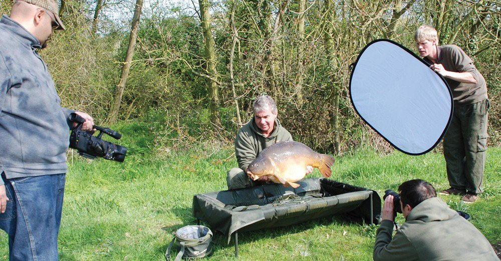 How to hold a #carp correctly via @carpology https://t.co/DCMYnyAvWS #carpfishing #CatchandRelease h