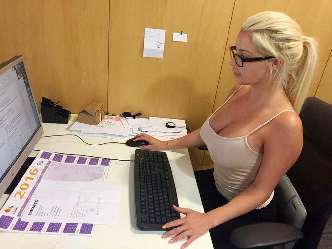 Chica nueva en la oficina... @sienna_day https://t.co/oAYyDIKlBo