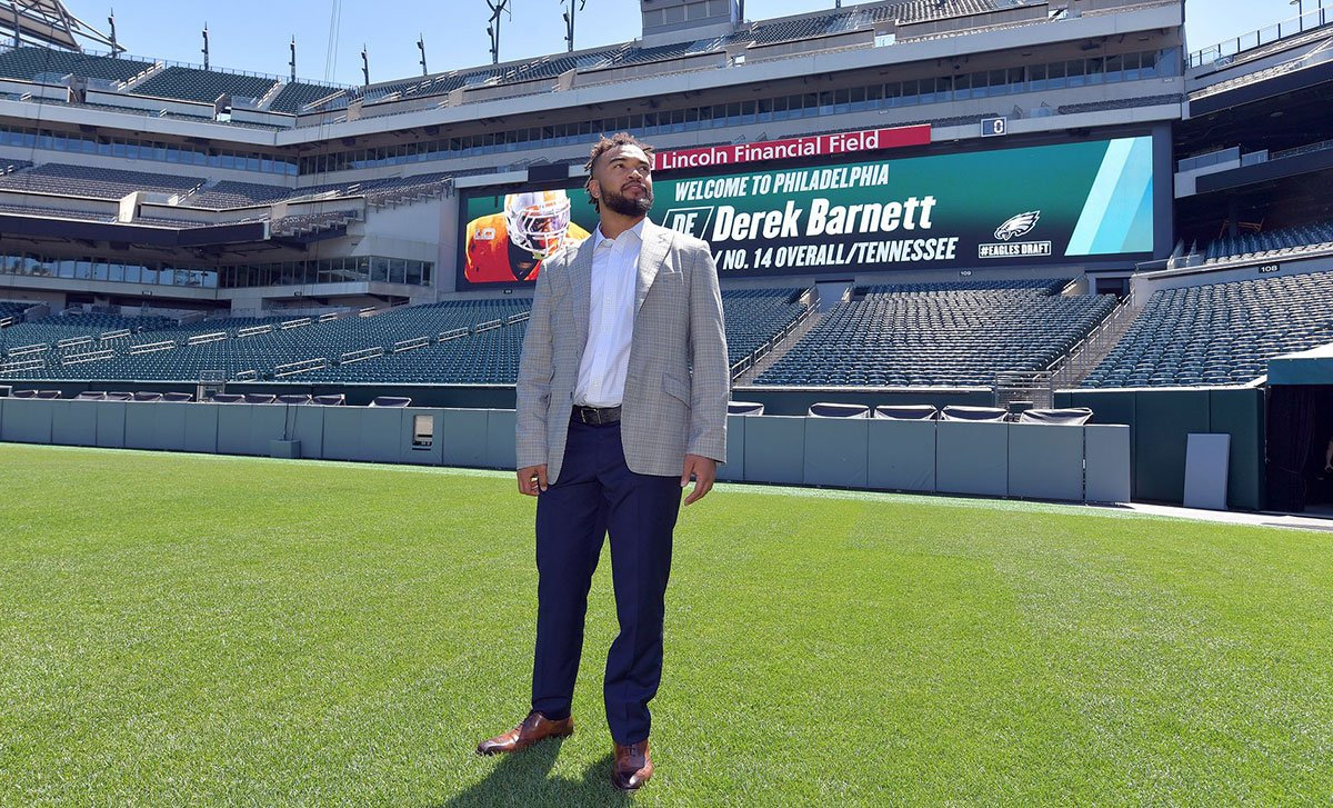 Members of the national media predict what kind of rookie season Derek Barnett might have: https://t.co/nTJ5151sSP https://t.co/aZEFLoQe2p