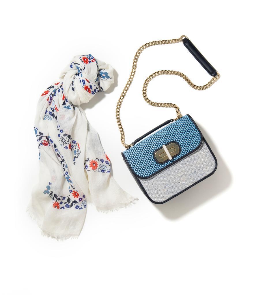 爽やかな5月には、ブルー×ホワイトのバッグが似合う。バッグにはスカーフも忘れずに!https://t.co/tBFRAnQxFb https://t.co/STWdTRgYsg
