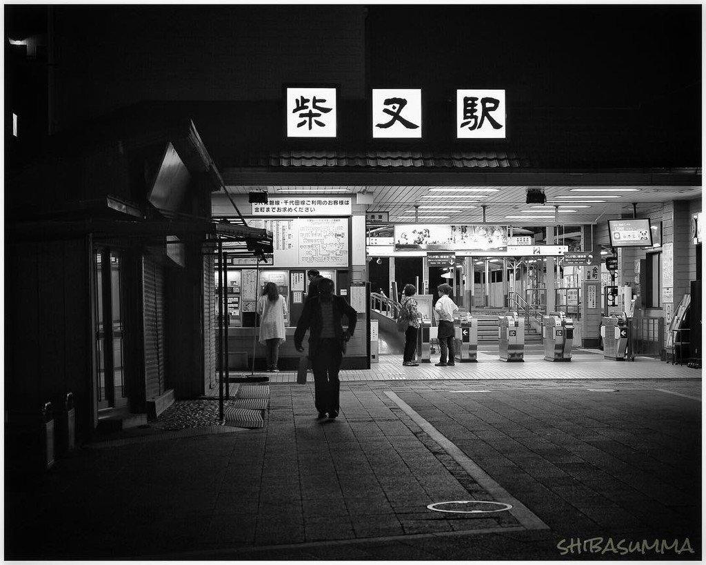 """""""夜散歩の護衛隊""""#柴又 #下町 #小次郎くんと散歩 #週末写真日和 #モノクローム #夜撮り 明日は雨の予報。いつも以"""
