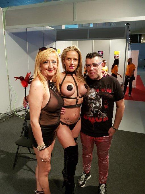En el @eroticomurcia ahora mismo @brunoymaria con helena kramer https://t.co/5AhVEuODNi