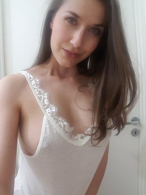 Bonne soirée les loulous 😚😚 #sideboobs #sideboob #frenchgirl #tits #whitetee https://t.co/KGfzPY47w0