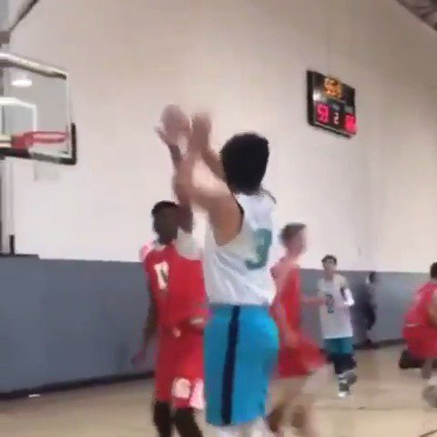 This kid has really been studying Steph 👀 (via hornetselitebasketball/Instagram)
