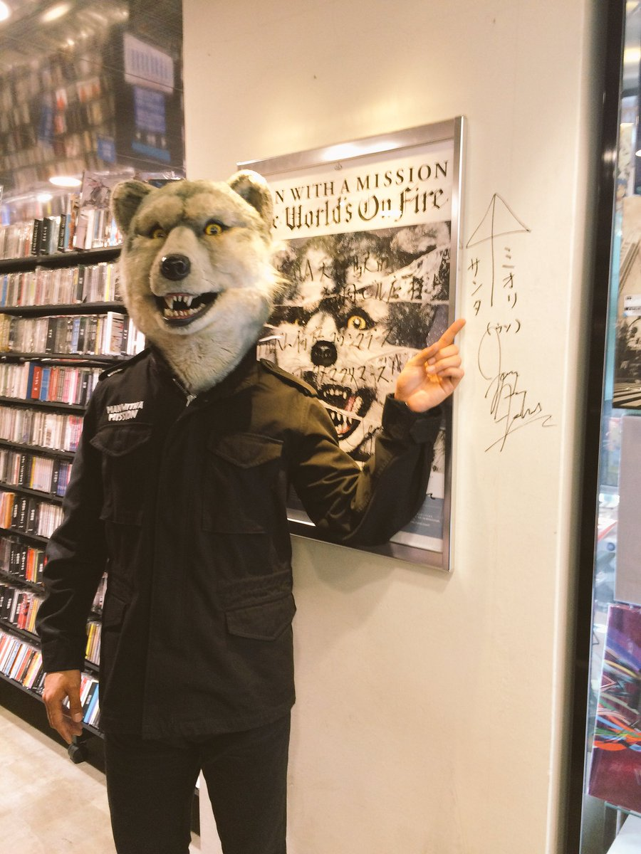 【ご来店!】MAN WITH A MISSION @mwamjapan Jean-Ken Johnnyさんにお越し頂きました! 本日発売「The World's On Fire」チェックです! #TheWorldsOnFire https://t.co/qTLLUzJSWI