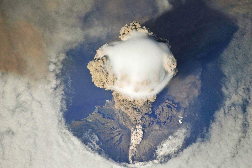 Spectacular View Of Russia's Sarychev Peak Volcano Erupting | Photography by ©International Space Station https://t.co/x92ZifIyGr