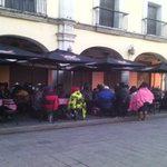 Manifestantes del #COOA toman algunos restaurantes ubicados en los portales del Zócalo #Oaxaca @SSP_GobOax @GobOax https://t.co/ZmgHyibI6r