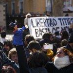El escándolo internacional y la presión de la calle logró #libertadtitiriteros. Ahora toca #libertadsincargos! https://t.co/gqe1nfXDoH