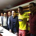#AlvezEsAmarillo El goleador Manuel Uquillas realizó la entrega de la camiseta 44 que Jonathan usará esta temporada. https://t.co/wds8QhWVnr