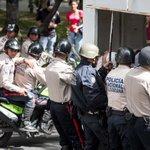 #SoloEnVenezuela: Tres policías en una moto https://t.co/MOsFCNXSoK https://t.co/afVwephBzi