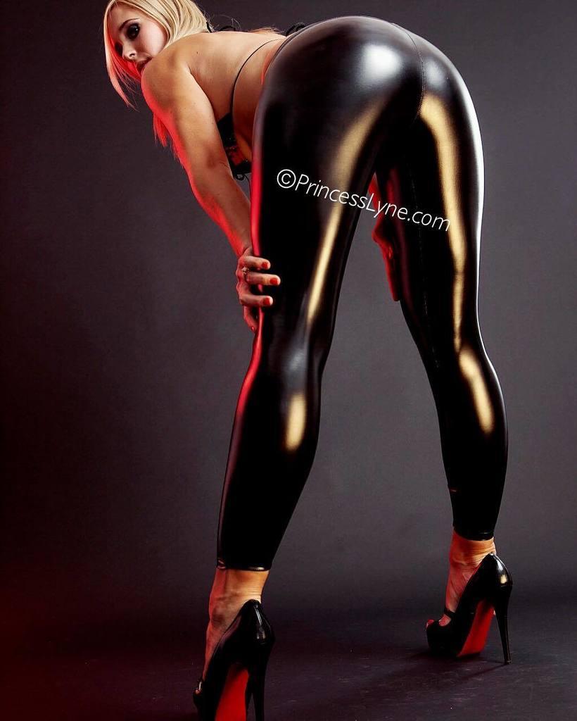 #booty so hot motherfuckers wanna fine me #humpday #latex #louboutins #femdom #legs FtJlcQtyqs