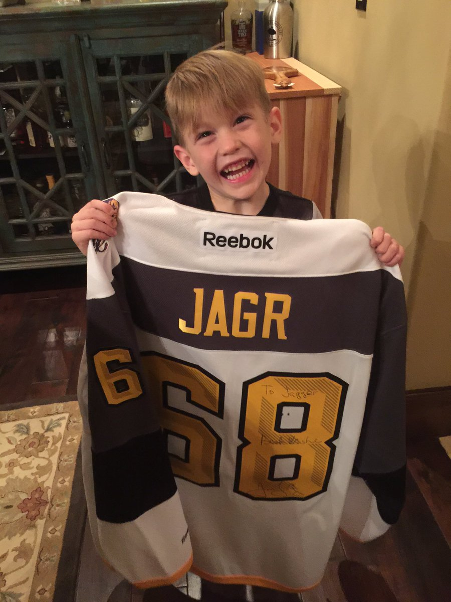 He's pumped for his new jersey.. Not sure he knows how cool it really is tho! Thanks for this @68Jagr #alltimegreats https://t.co/DT8e5T2lwt