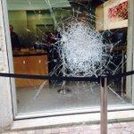 La vitrine de lApple Store de #Bordeaux est résistante... https://t.co/PsdwjZw4iH