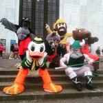 #montyvideobomb hanging with fellow mascots in Salem for #universityday! #goEOU #Theduck #bennythebeaver ????: @sopdogg https://t.co/tFu5yXRqCK