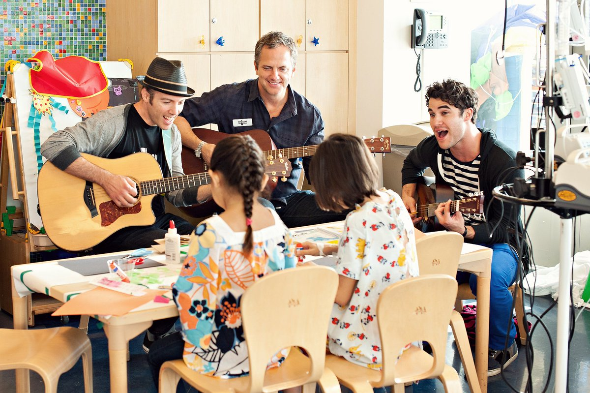 #TBT to Glee star and singer @darrencriss's visit to Mattel Children's Hospital UCLA. He sure made the kids' day! https://t.co/lxmUxhhIHx