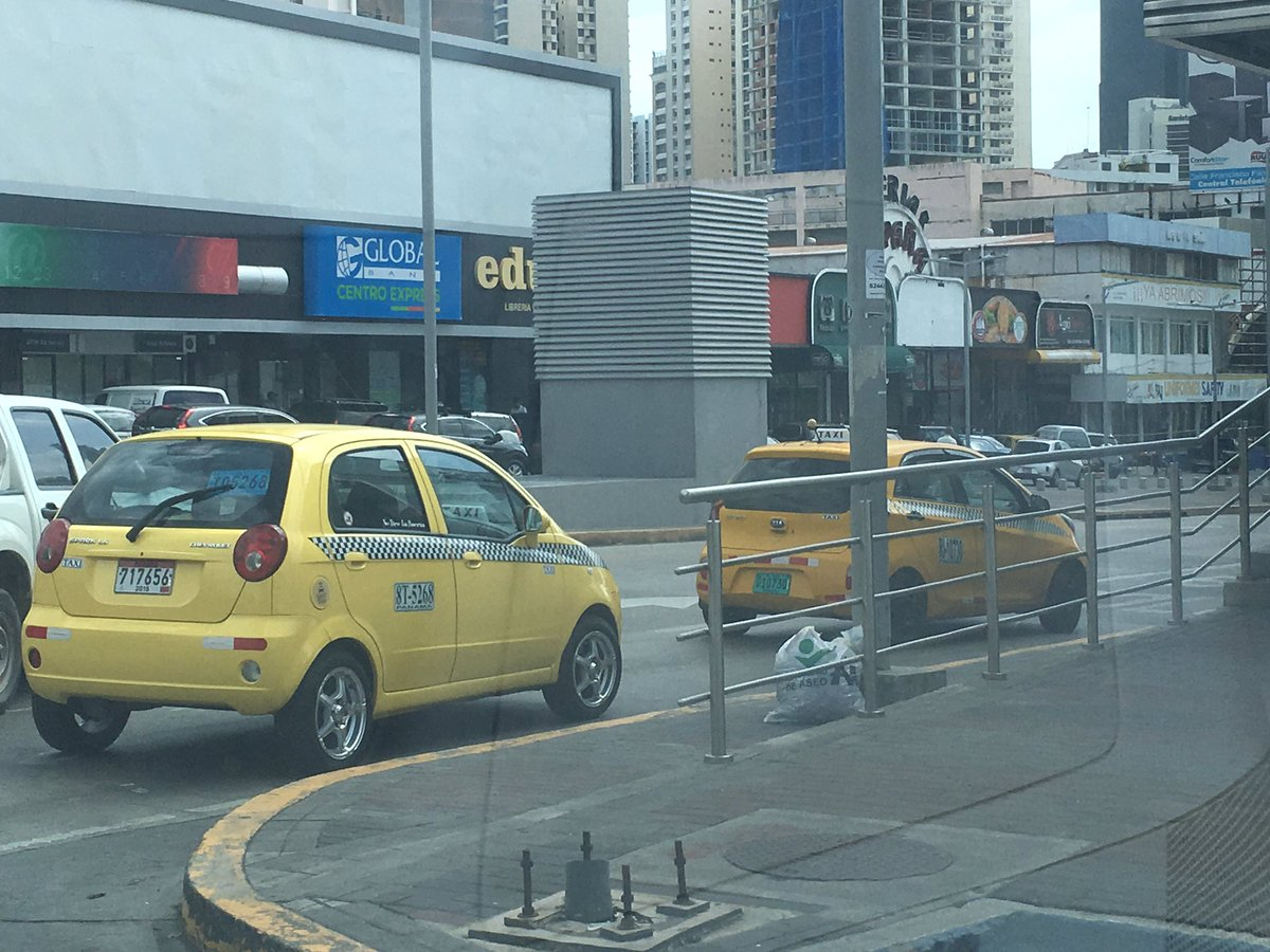 1:30pm ¿Piquera de taxis? Anarquía de todos los días en Vía España https://t.co/HCmwy74kIf