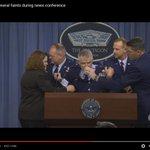 Video: General estadounidense se desmaya dando conferencia de prensa en el Pentágono https://t.co/YjCQKlysyl https://t.co/wUesVEWHbf