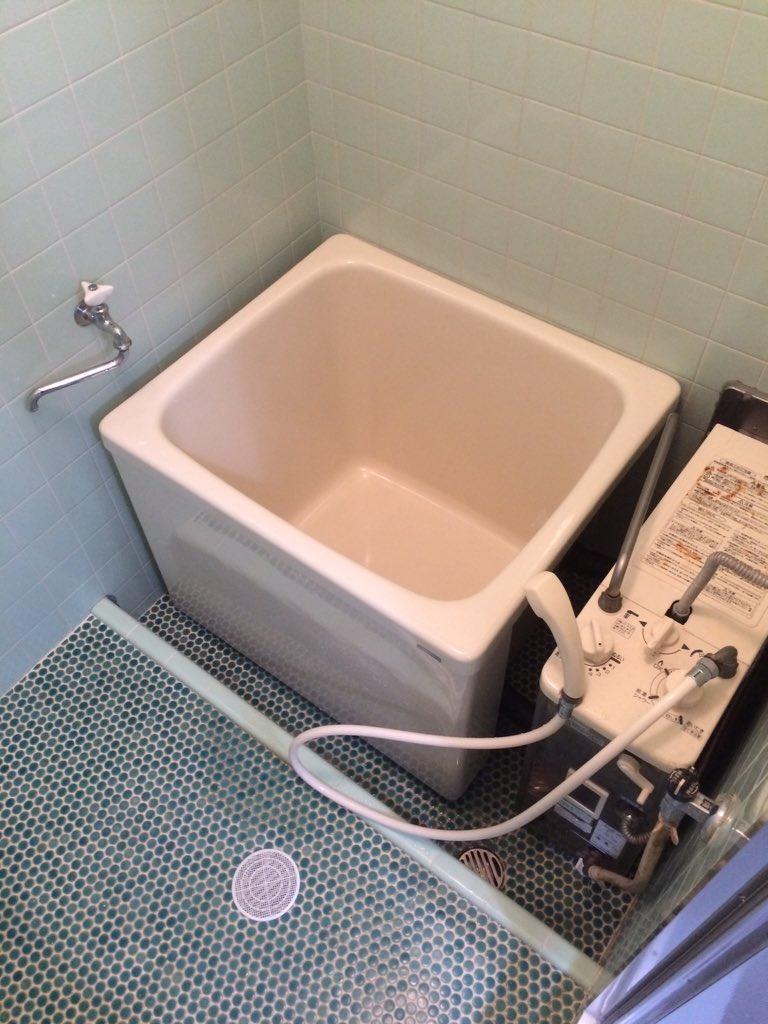 この風呂のことを「バランス釜」って呼ぶんだけど、東京オリンピックの頃に大量に作られた湯沸かしシステムらしく、意外と関東の古いアパマンにはこれが多い。はっきり言うわ。時代とのバランスが取れてねーんだよ、バーカ! https://t.co/efgihI1sVn