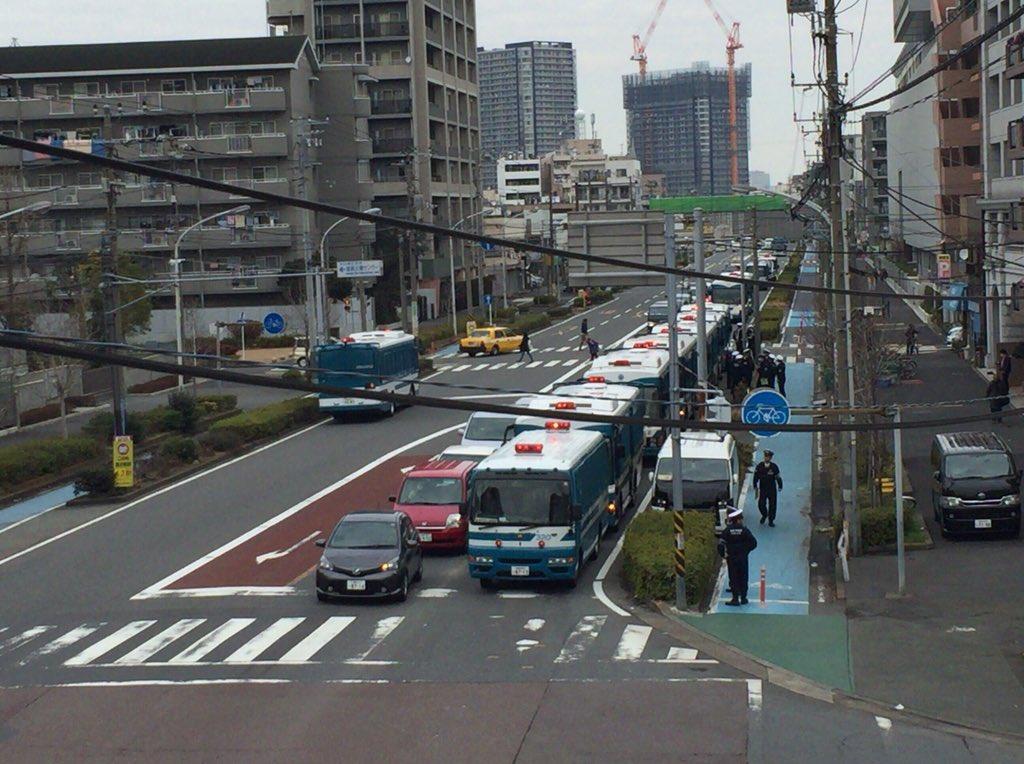 しばき隊、神奈川県警の機動隊員機1000名、バス25台に完全包囲される