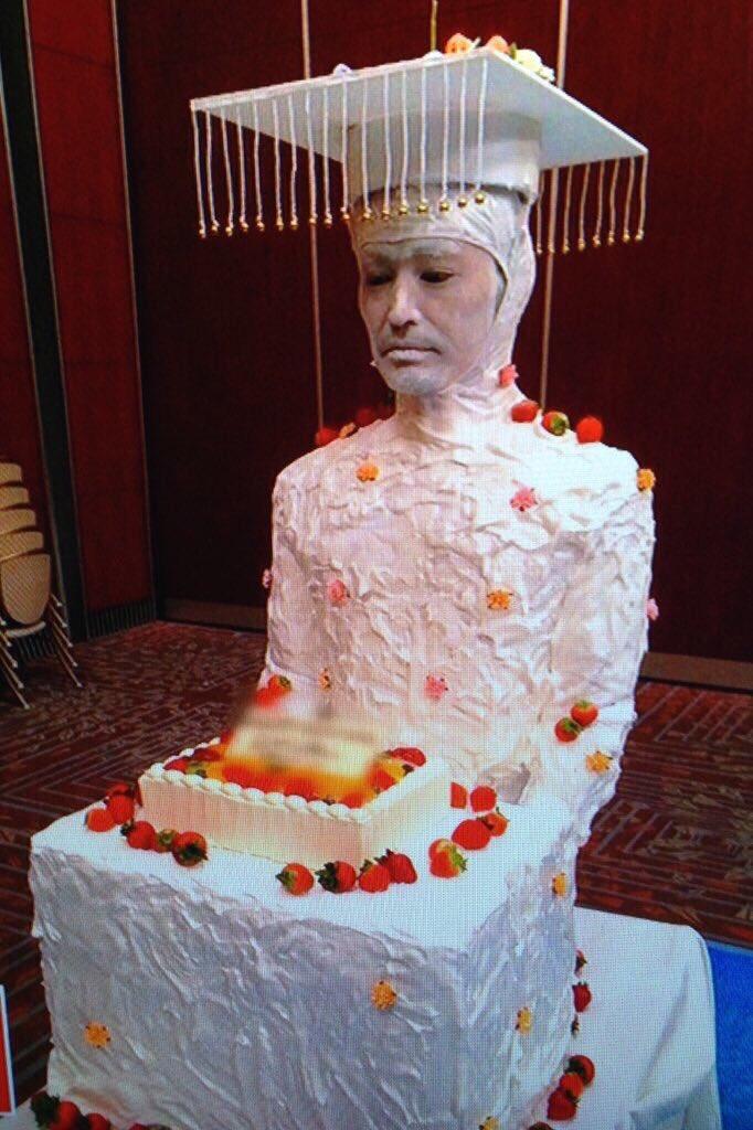 妹(JK)の待ち受け画面が安田顕さんの『人間ウエディングケーキ』でした。  運気が上がるらしい。。!さすがです!!!   #人間ウエディングケーキ https://t.co/ifHuUrnJap