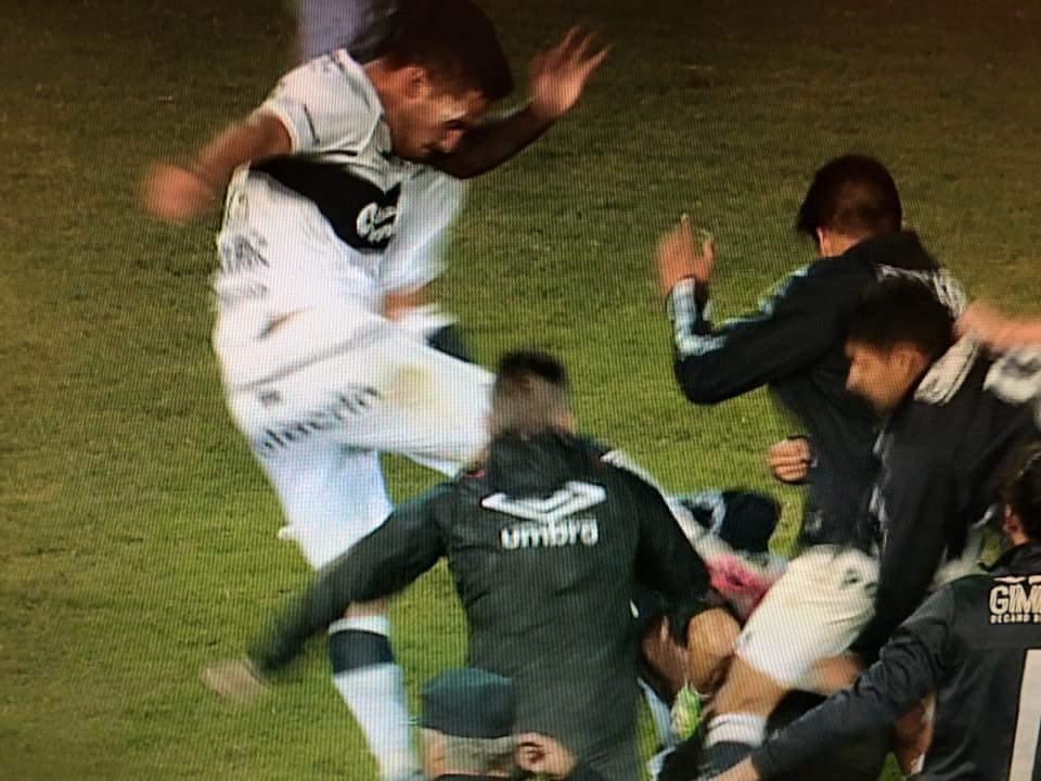 Nunca había visto a un jugador de primera división patear a otro en el piso. #MazzolaMalaLeche https://t.co/YL5p8uFdkD
