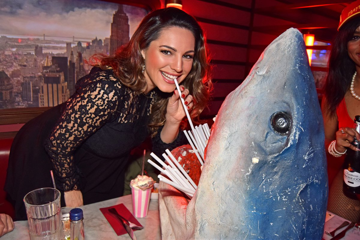 RT @steamandrye: Isn't @IAMKELLYBROOK just the bees knees?! Here she is sharkin' around with Jaws during her visit on Thursday night. https…