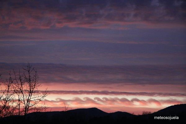 Oleaje atmosférico (inestabilidad de Kelvin-Helmholtz) desde Sojuela, #LaRioja, esta mañana. Vía @meteosojuela https://t.co/fqCZyXIhVL