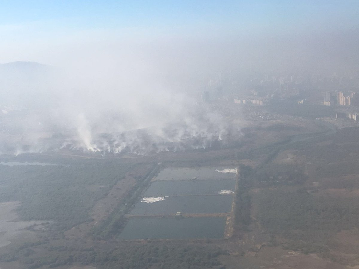 Big steaming piles of garbage with toxic smoke pouring out. View from a plane by a citizen #MumbaiSmokeCloud https://t.co/bweGoIS3Be