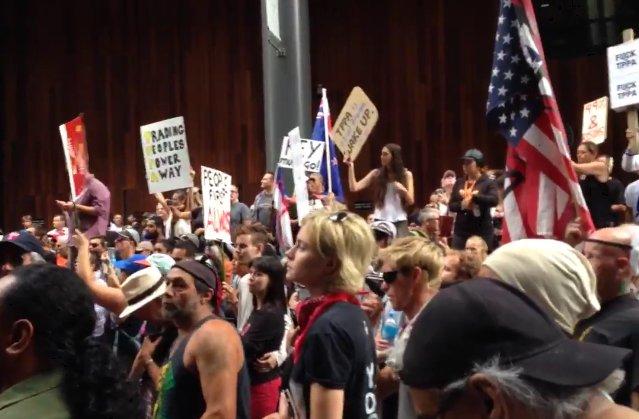 TPP署名式に対して全世界各地で反対デモが勃発中!日本よりも遥かに盛り上がってる! https://t.co/oKNfE0Xjde