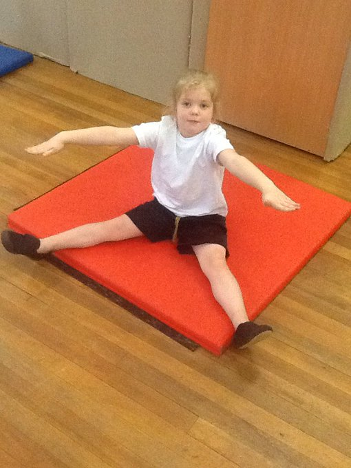 RT @misspotterskidz: Busy morning in P.E! We learnt about different balances...pike, star, tuck and Ta da! https://t.co/COXbaTvHny