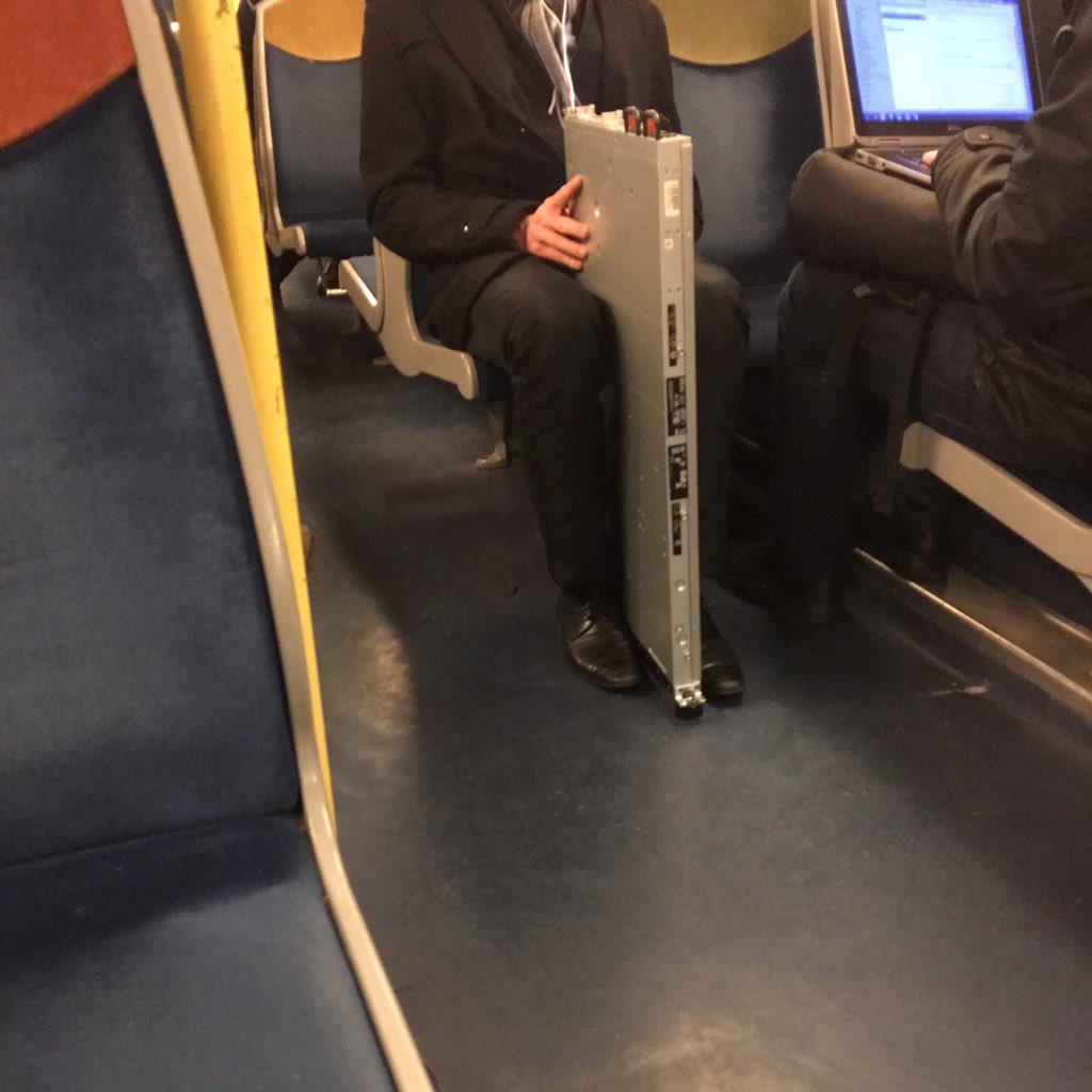 Scène du RER : sauras-tu y distinguer le vrai #geek du simple employé de bureau ? #transport #digitalworld https://t.co/M43sdlogJM