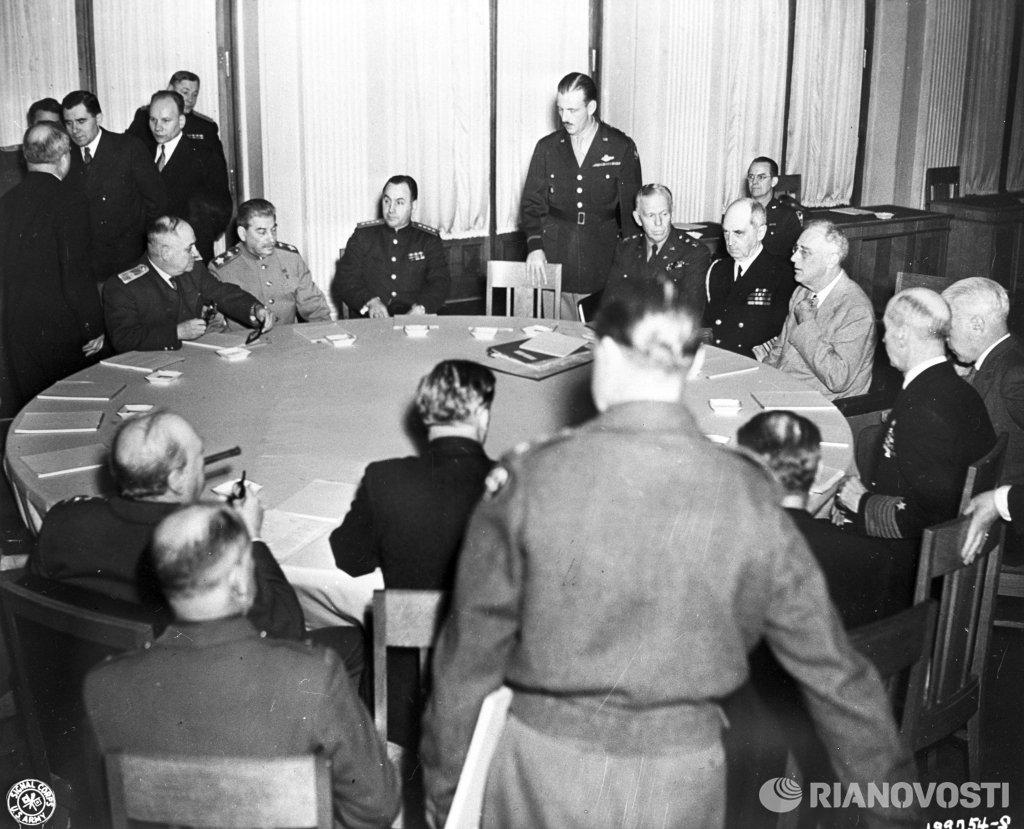 Февраль 1945 г ялтинская встреча иосифа сталина, франклина рузвельта и уинстона черчилля - лидеров ссср, сша