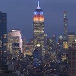 Empire State Building in Orange & Blue by @maximusupinNYc#newyork #NYC https://t.co/aQ9Xw8tzeB