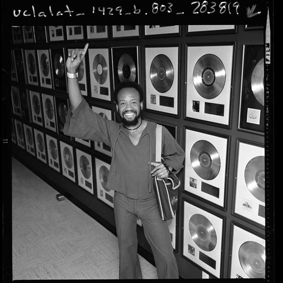 There aren't many photos of Maurice White parading his gold records but there was one time where he showed it off. https://t.co/8dVMHjzsIz