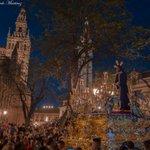 El Cautivo de Santa Genoveva en una bella fotografía por la Plaza del Triunfo con la Giralda de fondo. https://t.co/vynjGwDkcr