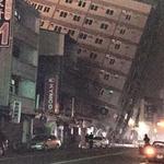 """台湾の南部で6.7""""級""""の地震が発生したらしいです。一部でビルの倒壊が発生。現時点では情報が少なく心配です。#台湾 #地震 画像のソース→https://t.co/aixzqP6cXU https://t.co/8dBhBP4yld"""