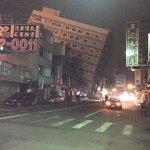 台湾で日本時間午前4時頃にM6.7の地震でビルが傾いている。震源の深度は15Kmと浅い。 https://t.co/WlmJc0Sy8W
