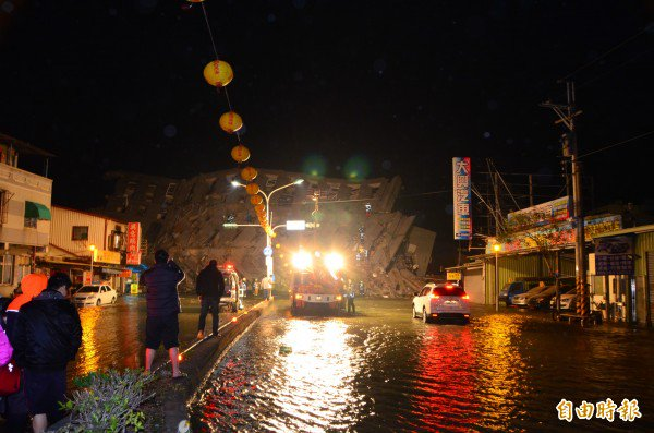 【台湾地震】倒壊したビル、破裂した水道管で道は水浸しに。死傷者多数との予測|高雄美濃大地震 台南永康大樓倒塌 恐傷亡嚴重 - 生活 - 自由時報電子報 https://t.co/vIIO99C0eh https://t.co/14LozYBvdq