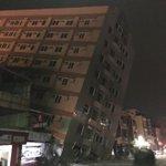 斜めっているこの建物、新化京城銀行っていう銀行のビルだったおかげで地震時には中に誰もいなくてなんと負傷者ゼロ  #台湾 #地震 https://t.co/IDUroGWpYK