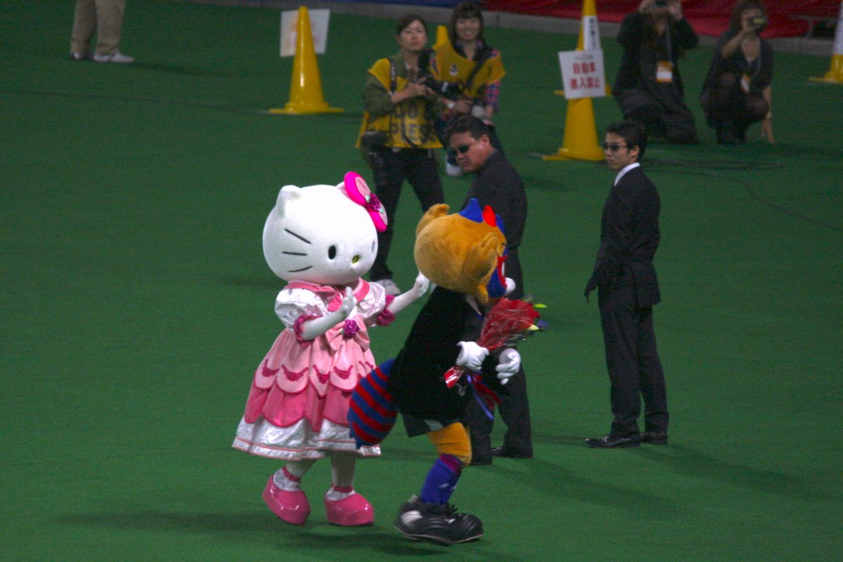 お誕生日のお祝いに来てくれたキティちゃんを怖いお兄さん達から守るドロンパ  #東京ドロンパJマスコット総選挙 https://t.co/5JUJiaytCm