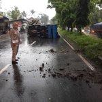 Sebuah truck terguling setelah menabrak pembatas jalan di Jl.Mashudi Cibeureum Kota Tasikmalaya. Tdk ada korban jiwa https://t.co/JQO106TpWD