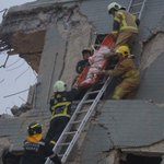 TV中継に映るビルがことごとく横倒し…余震が続く中の救助活動 https://t.co/tB6ZoMknQG