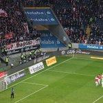 Die Mannschaft bei den mehr als 3.600 mitgereisten #VfB Fans. Starker Support! Schönen FEIERabend! #SGEVfB 2:4 https://t.co/TJqLBEQc5v