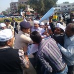 Gujarat police arrest AAP workers for protesting against CM's land allotment, released… https://t.co/p5AYEuTmy2 … https://t.co/MNg3NeEogl