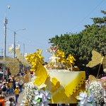 ¡Llegó La Reina! @marcelagarciacp en la #BatallaDeFlores #CarnavalSomosTodos https://t.co/RAfBmDzdu5