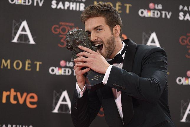 .@pabloalboran posa orgulloso con su Goya a Mejor Canción por #PalmerasEnLaNieve