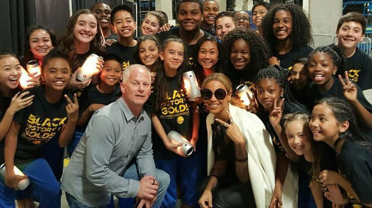 The kids from Oakland got an upgrade on the group photo when @Beyonce stopped by.. https://t.co/uazhvQWWPQ